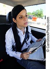 zakelijk, travel:, businesswoman, in, limousine