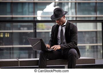 zakelijk, werkende , laptop computer, buitenshuis, serieuze , man