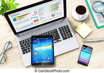 zakelijk, work:, draagbare computer, tablet, en, smartphone, op, kantoor, tafel