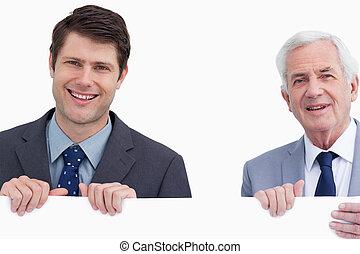 zakenlieden, afsluiten, meldingsbord, vasthouden, het glimlachen, leeg, op