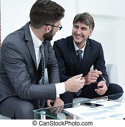 zakenlieden, documenten, financieel, twee, discussiëren