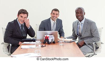 zakenlieden, het glimlachen, fototoestel, vergadering