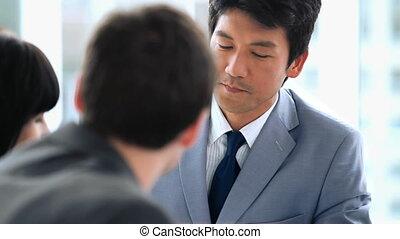zakenlui, aan het werk aaneen, terwijl, klesten