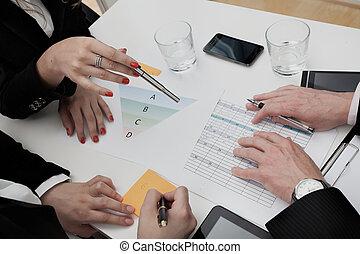 zakenlui, analyzing, de, agenda