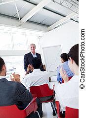 zakenlui, applauding, de, spreker, na, de, conferentie
