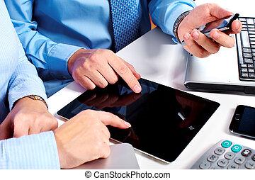zakenlui, groep, werkende , met, laptop.