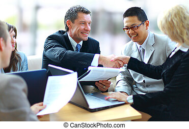 zakenlui, handen, rillend, op, afwerking, vergadering