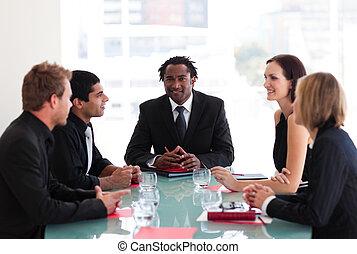zakenlui, het bespreken, in, een, vergadering