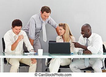 zakenlui, het op elkaar inwerken, in, een, vergadering