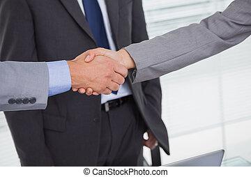 zakenlui, op, handen, afsluiten, rillend