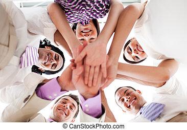 zakenlui, samen, holdingshanden, het glimlachen, cirkel