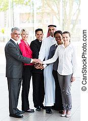 zakenlui, samen, hun, het putten, handen