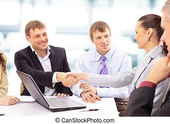 zakenlui, schuddende handen, afwerking, op, een, vergadering