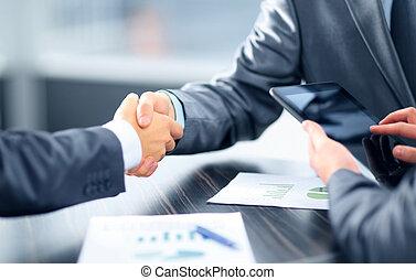 zakenlui, schuddende handen, in, kantoor