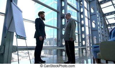zakenlui, schuddende handen, na, presentatie