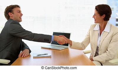 zakenlui, schuddende handen, op, een, bureau