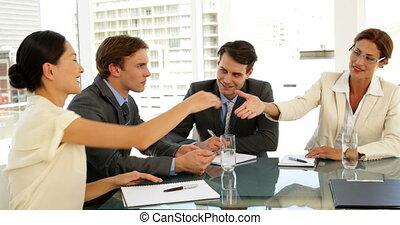 zakenlui, schuddende handen, op, interview