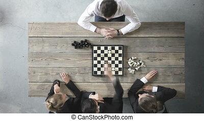 zakenlui, spelend schaakspel
