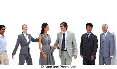 zakenlui, staand, schouders, om te, schouders
