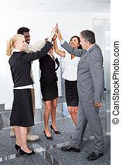 zakenlui, vieren, met, een, hoog-vijf