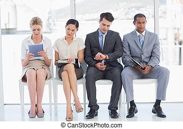 zakenlui, wachten, voor, sollicitatiegesprek, in, kantoor