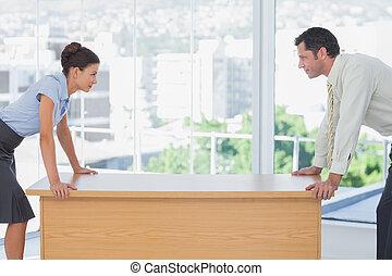zakenlui, weg onder ogen ziend, op het bureau
