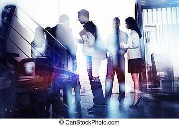 zakenlui, werken, samen, in, kantoor., concept, van, teamwork, en, partnership., dubbele blootstelling, met, moderne, stad, en, licht, effecte