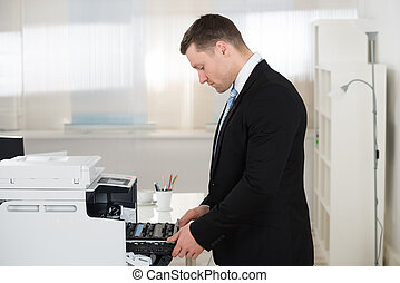 zakenman, aanpassen, patroon, in, photocopy machine