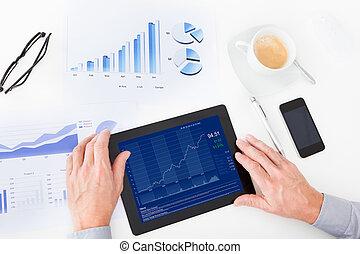 zakenman, analyzing, grafiek