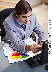 zakenman, analyzing, statistiek