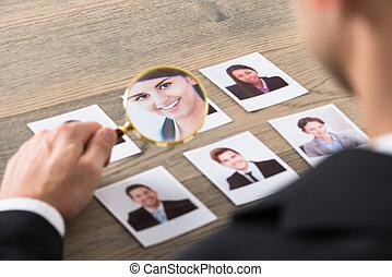 zakenman, bezichtiging, kandidaten, door, vergrootglas