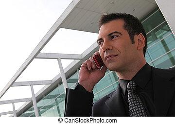 zakenman, buiten, stond, kantoor, het telefoneren