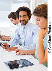 zakenman, collega's, vergadering, het glimlachen, kantoor