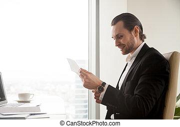 zakenman, document, lezende , kantoorbureau