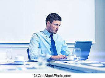 zakenman, draagbare computer, kantoor, werkende