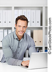zakenman, draagbare computer, kantoorbureau