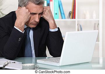 zakenman, draagbare computer, zijn, het concentreren