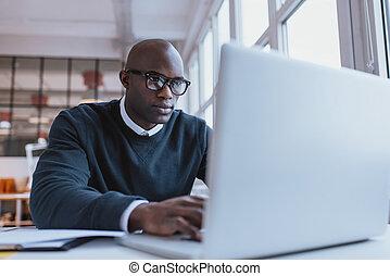 zakenman, draagbare computer, zijn, jonge, werkende