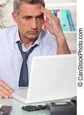 zakenman, draagbare computer, zijn, werkende , serieuze