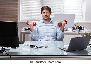 zakenman, dumbbell, oefening