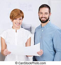 zakenman, en, businesswoman, met, papier
