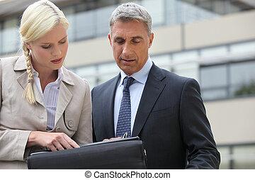 zakenman, en, zijn, assistent, doorwerken, plan