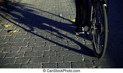 zakenman, forens, met, elektrisch, fiets, het reizen, van,...