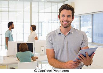 zakenman, gebruik, digitaal tablet, met, collega's, in, vergadering