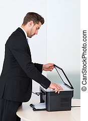 zakenman, gebruik, photocopy machine, in, kantoor