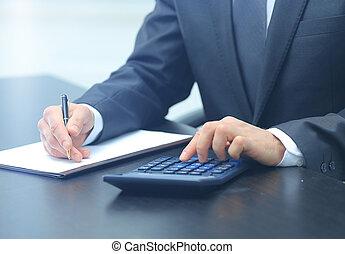 zakenman, gebruik, rekenmachine, in, kantoor