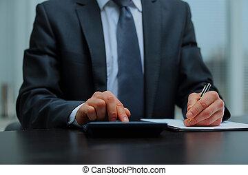 zakenman, gebruik, rekenmachine, in, kantoor.