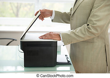 zakenman, gebruik, scanner