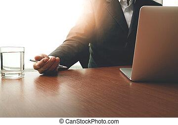 zakenman, hand, werkende , met, moderne technologie, als, handel strategie, concept