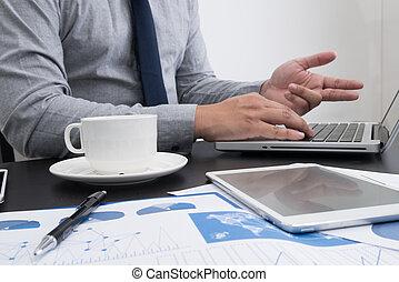 zakenman, hand, werkende , met, nieuw, moderne, computer, zakelijk
